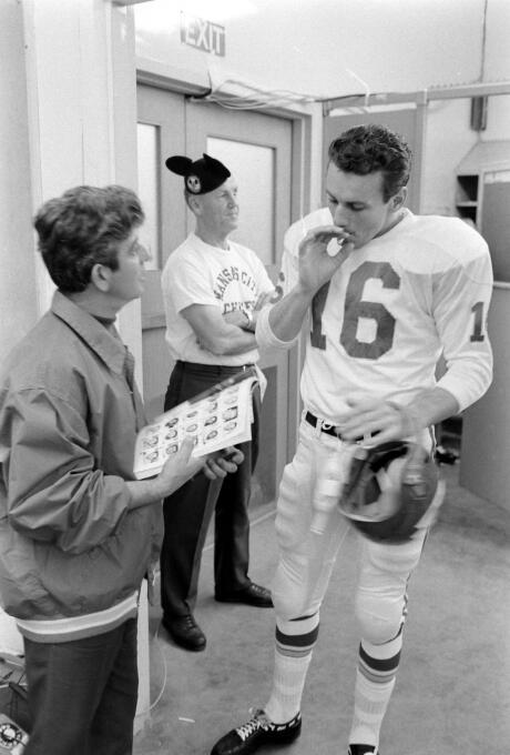 Len Dawson, quarterback de Kansas City, fuma un cigarro en vestidores.