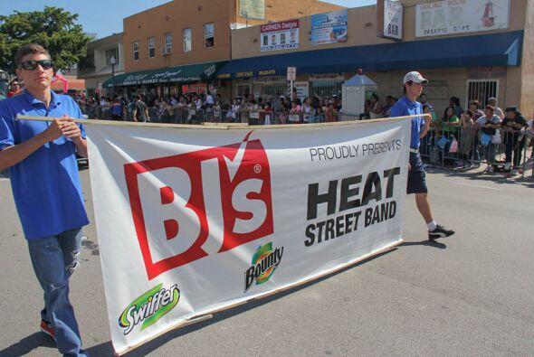Hubieron varias bandas que se presentaron durante la parada y uno de los...