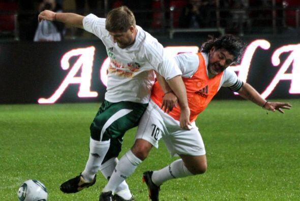 Sí, es él, el mismísimo Diego Maradona que jugó como capitán de un equip...