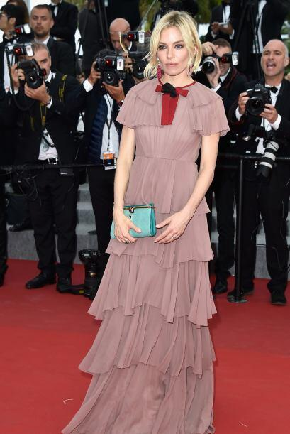 Sienna Miller súper a la moda con su vestido.