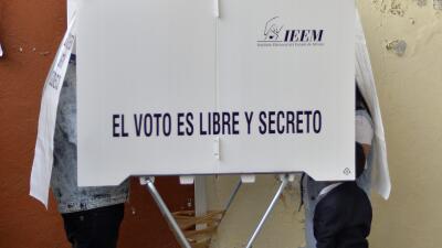 Electores mexicanos emiten su voto durante las elecciones intermedias de...