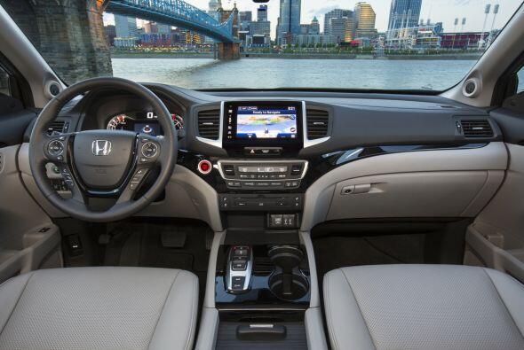 En el interior del Honda Pilot 2016, posee materiales de alta calidad, a...