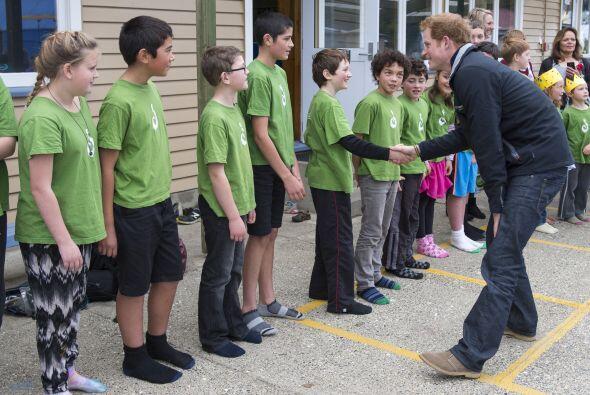 Lo recibió un encantador grupo de niños.