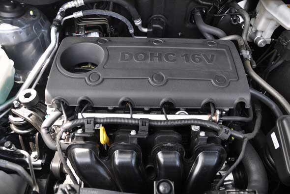 Utiliza un motor cautro cilindros en línea de 176 caballos de fuerza.