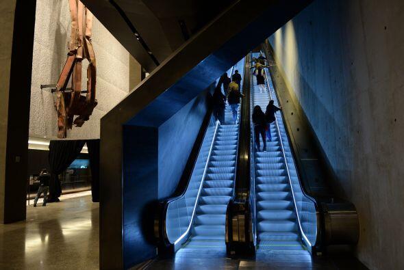 Escaleras móviles que van hasta el nivel de la calle que son parte del r...