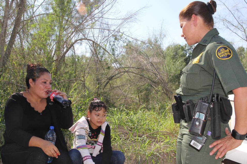 """""""¿Por qué llora?"""". La agente Marlene Castro pregunta a una muj..."""