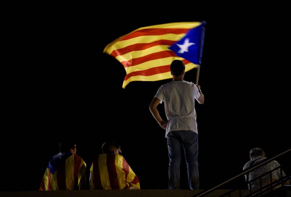 Un partidario de la ruptura con España lleva una estelada, la ban...