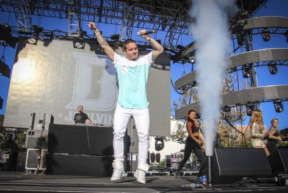 El reggaetonero colombiano puso a todo Los Angeles a corerar sus cancion...