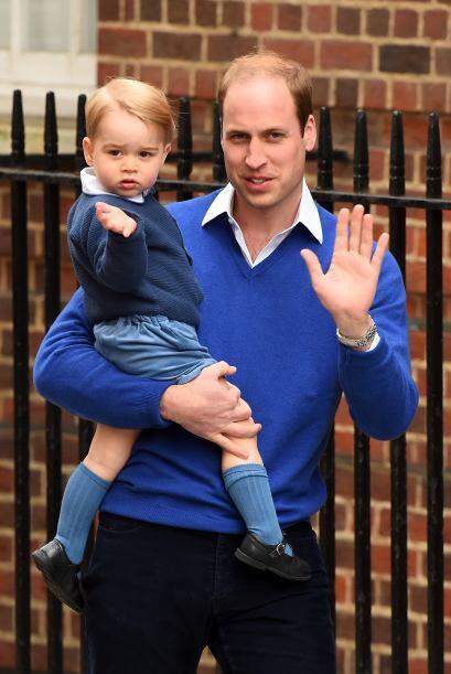 El Duque de Cambridge fue a buscar al pequeño George para traerlo al hos...