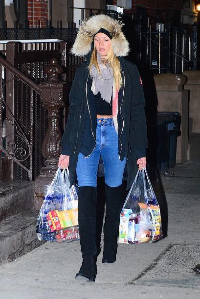 Candice llevaba varias bolsas en sus manos.