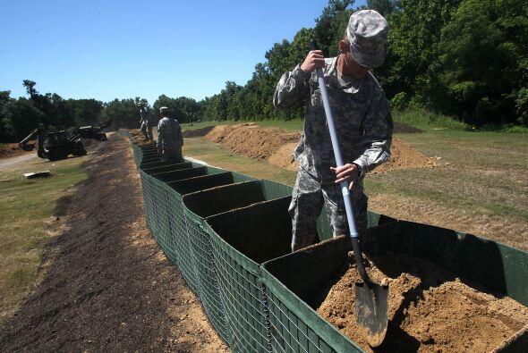 Personal de la Guardia Nacional construyó varios diques secundarios para...