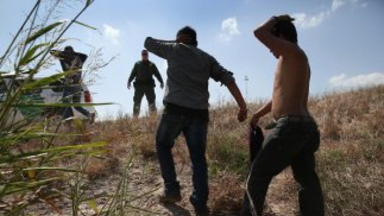 Foto de archivo en la que aparece la patrulla fronteriza de EEUU detenie...