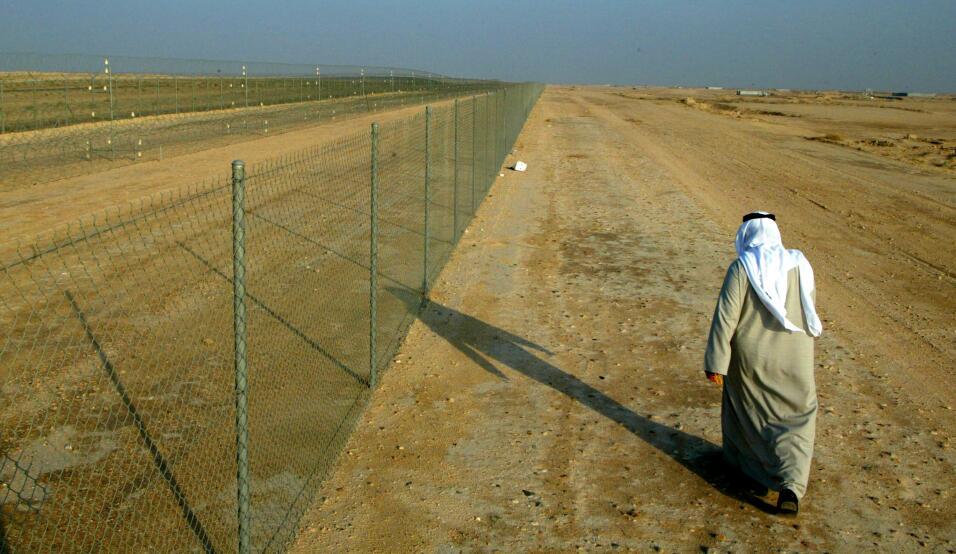 Un foso de 225 kilómetros de longitud por ocho metros de anchura y paral...