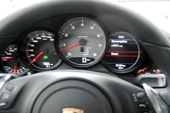 El tablero muestra relojes de fácil lectura y un diseño típico de Porsche.