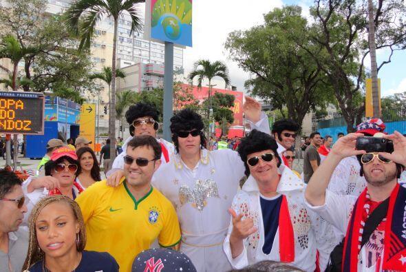 Miren a estos fanáticos provenientes de Estados Unidos, todos disfrazado...