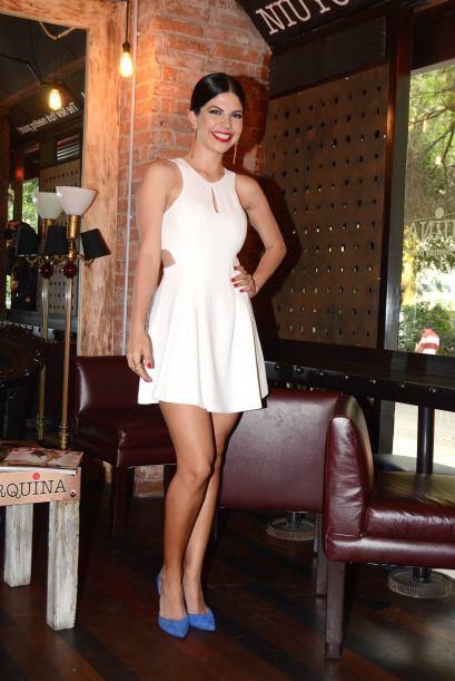 Lució hermosa con ese vestido blanco que resaltaba sus curvas y con el c...