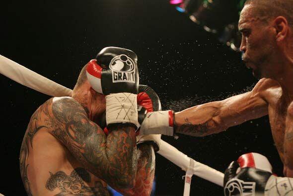 La pelea fue muy pareja, aunque Mundine fue más constante en sus ataques.