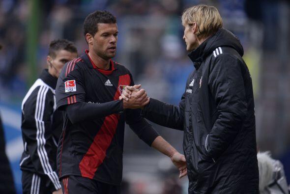 Sami Hyypiae le agradece a Michael Ballack en el juego entre el Hamburgo...
