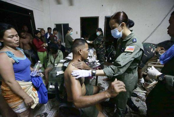 Soldados de Filipinas asisten a víctimas del tifón Haiyan en la ciudad d...