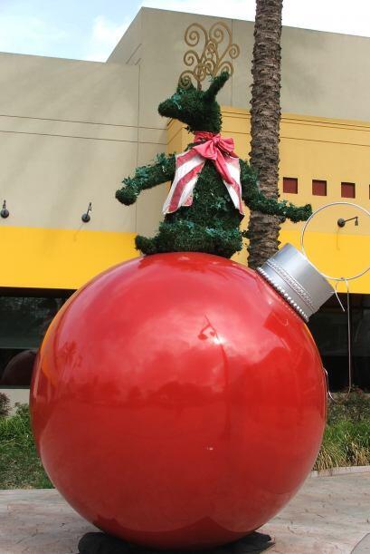 Y este gigantesco bombillo de color rojo está a la entrada del centro co...