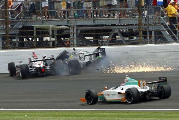 El choque se produjo justo después de la reanudación cuando los pilotos...