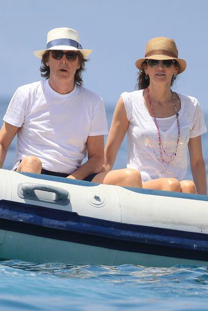 La pareja fue fotografiada cuando disfrutaban de una jornada marítima....