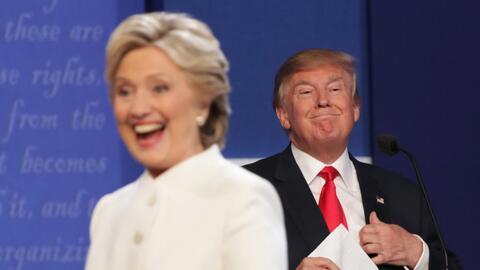 Hillary Clinton y Donald Trump durante el último debate presidencial, en...