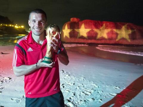 Lukas Podolski posando con la Copa.