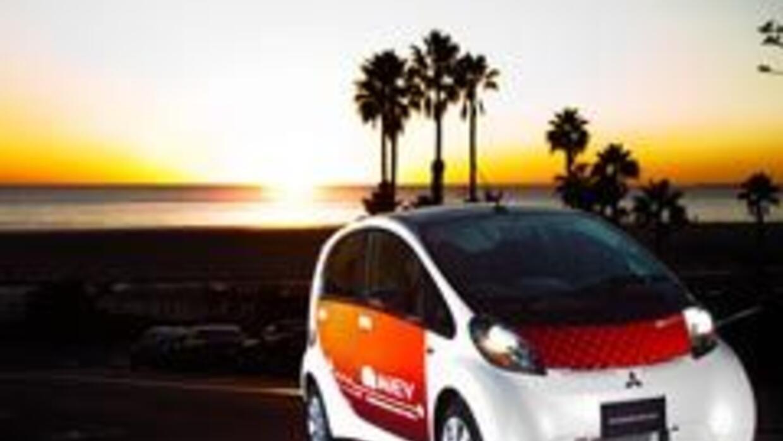 Mitsubishi presentó la versión de producción del mini auto eléctrico i-M...