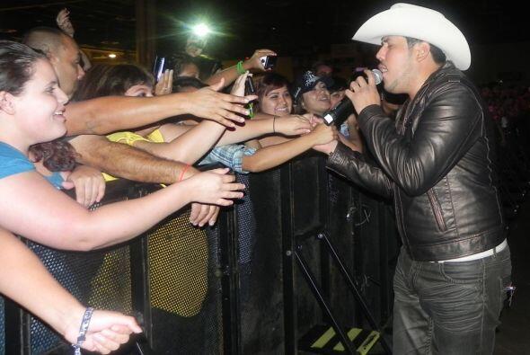 Los artistas se acercaron al público para saludar a sus fans.