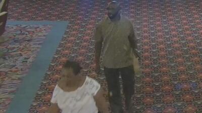 En video: Una pareja roba miles de dólares a una mujer que se quedó dormida en un casino