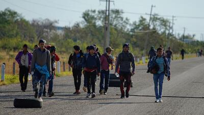 Migrantes que viajan en caravana hacia EEUU reciben comida y techo en su paso por México
