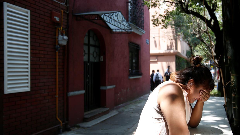 Una mujer llora tras el terremto de Ciudad de México del 19 septiembre.
