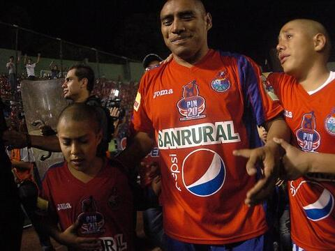 Con sus hijos acompañándolo, Juan Carlos Plata se despidi&...