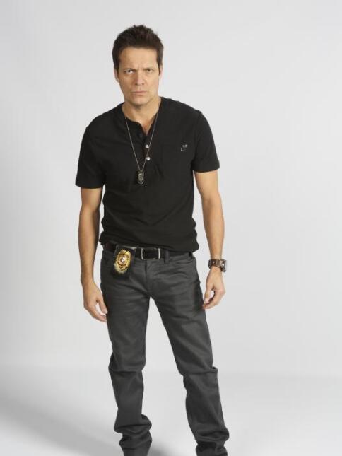 Zeus Mendoza es Dylan Wilkins, un exagentee investigador privado.