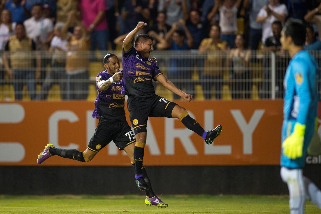 ¡Los Lobos aúllan en Primera División! Moises Velasco celebra su gol de...