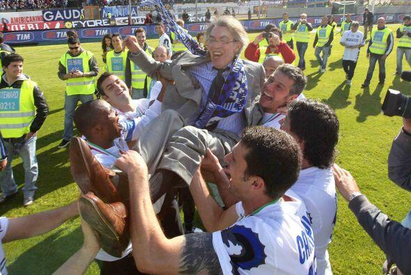 Los jugadores cargaron al presidente del equipo, Massimo Moratti.