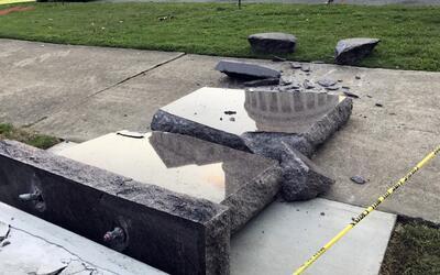 """""""¡Libertad!"""": Un hombre choca contra un monumento de los Diez Mandamient..."""