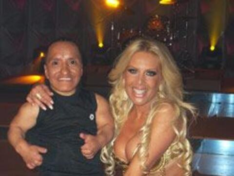 """Lorena posa al lado de Alex Sotomayor """"Uchita"""", es un stripper..."""