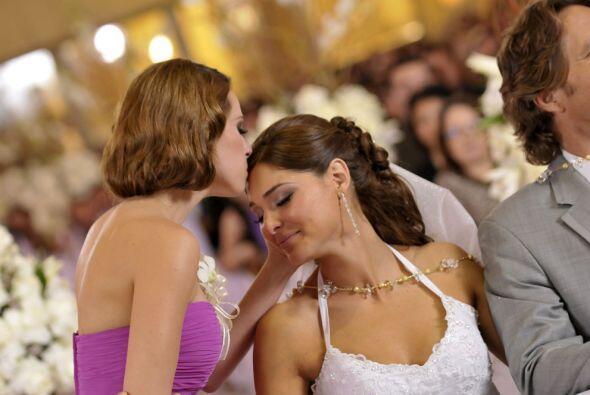 También recibe un beso de su hermana