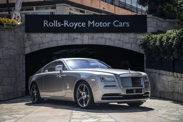 El Wraith es un modelo del Rolls Royce derivado del Ghost, de hecho llev...