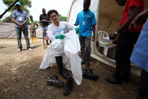 Aquí Bloom probando el equipo de seguridad contra el ébola.