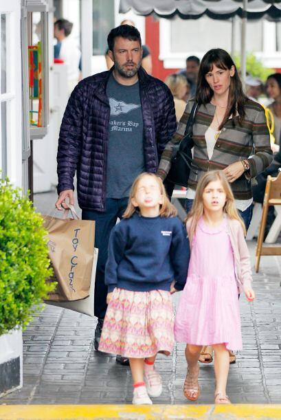 Comenzaron a caminar, mientras su hija y una amiguita hacían caritas a l...