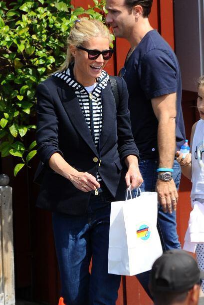 Acompañada de su hija Apple, Gwyneth cargó con todo lo que cupo en sus b...