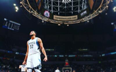 El dominicano Karl-Anthony Towns aportó 34 puntos y 12 rebotes.