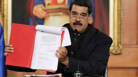 "Nicolás Maduro firma convocatoria a una ""Asamblea Nacional Constituyente..."