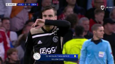 Tarjeta amarilla. El árbitro amonesta a Nicolás Tagliafico de Ajax