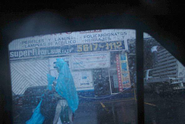 Y debido al mal tiempo, los vendedores de impermeables empezaron a hacer...