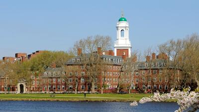 Harvard, ubicada junto al río Charles en Cambridge, Massachusetts...
