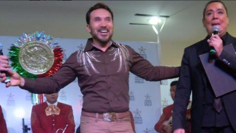 Luis Manuel Ávila cantando al son del mariachi.